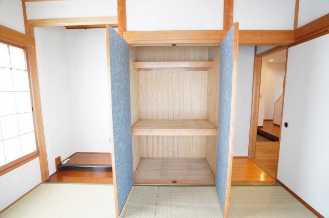 押入があるので座布団やお布団、季節物家電など収納できます。開口部が広いのでムダなく利用できます。