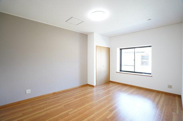 1階ピアノ室 二重サッシで、壁が防音仕様のため、楽器を演奏したい方には嬉しいお部屋です。