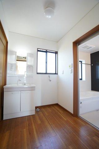 新品交換済!清潔感のある洗面所です。窓もありますので換気できます。