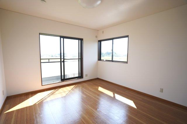 2階9.75帖 南向きの明るいで採光・通風のよいお部屋です。