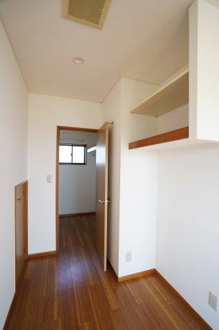 2階9.75帖 ウォークインクローゼットがあるお部屋です。
