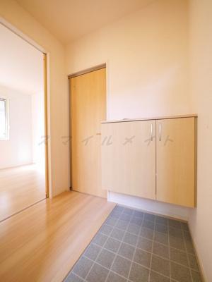 広々とした明るい玄関、シューズボックス付きです。
