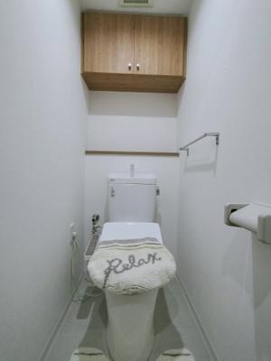 トイレは新調していますので、気持ち良くご利用いただけます。 戸棚がついているので、トイレットペーパーのストックの収納にも便利ですね♪