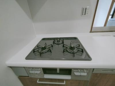 調理効率のよい3口コンロ仕様で炊事もはかどりますね♪ コンロも新品です!!
