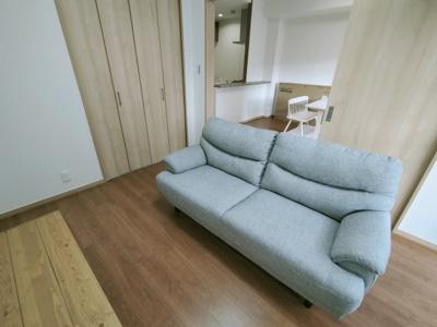 別角度からの洋室(6.0帖)です。 コチラのお部屋にもクローゼット収納がございます。