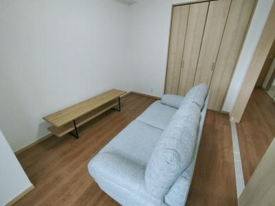 別角度からの洋室(6.0帖)です。 建具なども新調していますので、大変美麗です♪