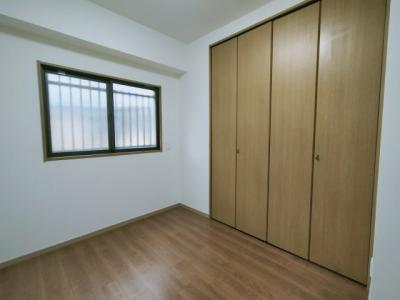 洋室(約4.4帖)です。 西向き窓からの採光と通風が入る明るく心地よいお部屋です。