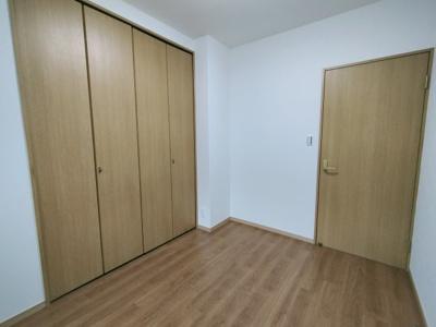 別角度からの洋室(4.4帖)です。 こちらのお部屋にはクローゼット収納がございます。