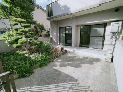 専用庭と駐車場です。 1階部分なので、マンションに住みながら庭と駐車場付きです♪魅力的なお家ですね♪
