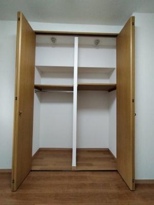 洋室(4.4帖)にある収納です。 棚も付いていて収納し易いですね♪