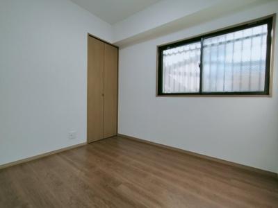 洋室(約4.6帖)です。 西向きの採光が入る明るいお部屋です。