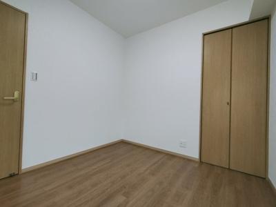別角度の洋室(約4.6帖)です。 こちらのお部屋にはクローゼット収納がございます。各部屋に収納があるのは嬉しいポイントですね♪