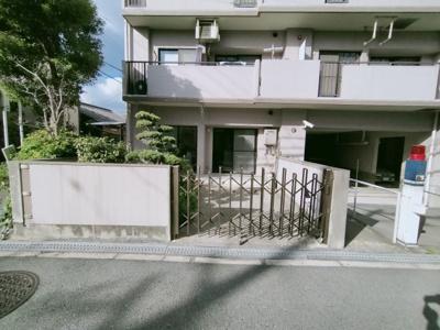こちらの住宅には専用駐車場がございます。