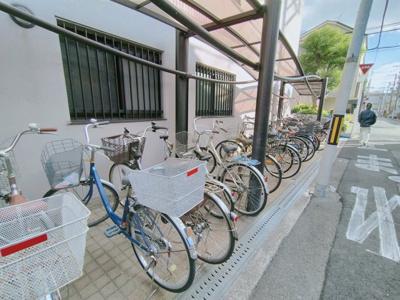 マンション敷地内に居住者様の駐輪場がございます。