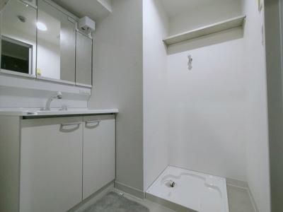 ゆとりの洗面スペースには洗濯置場があり、ドラム式も楽々置けちゃいます!!