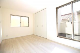 《洋室7.5帖》南側の洋室は1番広いお部屋です。2面採光でバルコニーもある明るい寝室。