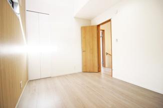 《洋室6帖①》どちらのお部屋にも収納が完備されているので、荷物が片付いてお部屋が広く使えます。