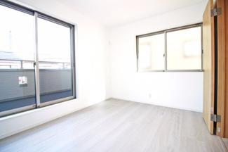 《洋室6帖②》こちらのお部屋にもバルコニーがあり、2面採光の陽当り良好な寝室です。もちろんクローゼットも完備されています。