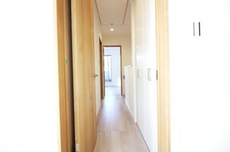廊下にも収納があるのでとても助かります。こちらの一戸建ては収納がたっぷりですね。