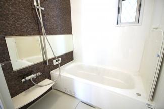 《浴室暖房乾燥機》は、寒い季節でも暖房で浴室を暖かくしてから入れます。乾かなかった洗濯物も乾燥できます。