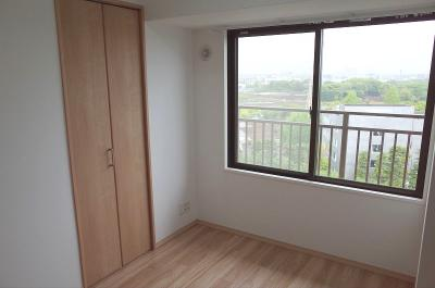 洋室約5帖バルコニーに面した腰高窓とクロゼット