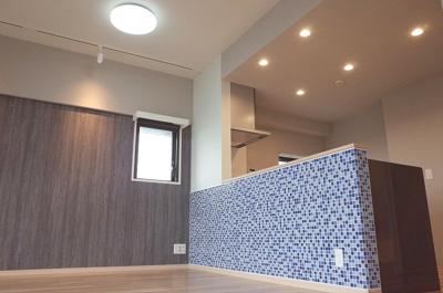 キッチンのモザイクタイルがお部屋の雰囲気をグッと引き締めます
