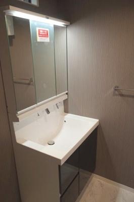 シャワー水栓付洗面化粧台、三面鏡付き!