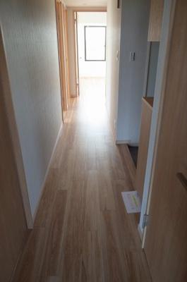 玄関から洋室までまっすぐに続く廊下