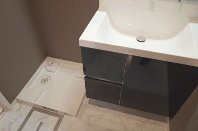 洗面室・シャワー水栓付洗面化粧台と洗濯用防水パン。点検口有り。