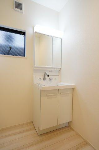清潔感のある洗面所です。窓もありますので換気できますよ。