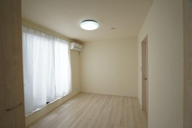 バルコニーに面した6.4帖の洋室。大きい窓で採光・通風の良いお部屋です。