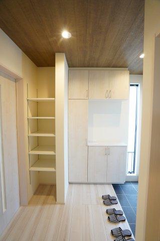 可動棚 お好みの高さに調節し、インテリア雑貨を置いたりなど見せる収納できますよ♪