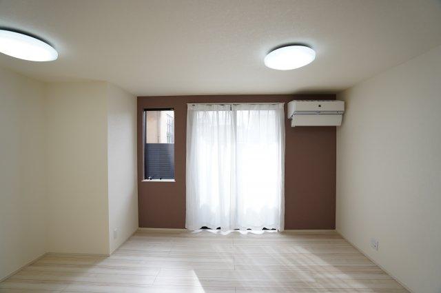13.5帖 南に面した大きな窓で暖かい陽射しが射し込みますよ。