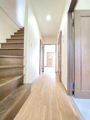 玄関から室内への景観です!右手に洗面所、左手に2階へつながる階段があります♪