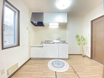 換気のできる窓のあるキッチンはガスコンロ設置可能☆場所を取るお鍋やお皿もすっきり収納できます♪床下収納も完備!