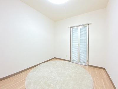 2階・バルコニーに繋がる南東向き洋室4.5帖のお部屋です!子供部屋や書斎・寝室など多用途に使えそうなお部屋です♪