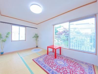 2階・階段を上がって右側にある、角部屋二面採光和室6帖のお部屋です♪板の間がありお部屋が広く使えます☆収納スペース付きでお部屋がすっきり片付きます◎