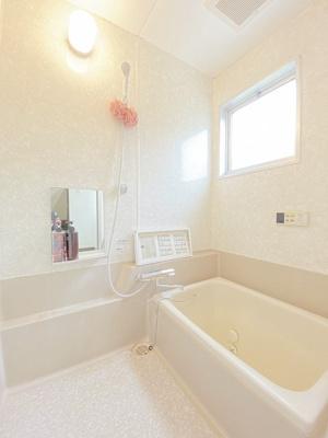 家族の入浴時間がずれても温められる追い焚き機能付きのバスルーム☆小窓があるので湿気がこもりにくくて良いですね☆