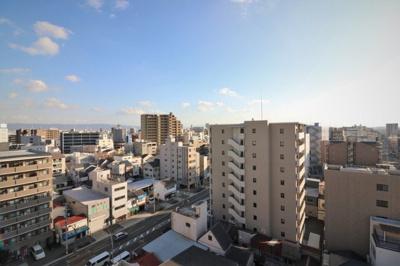 10階からの眺望は遮るものがなく綺麗ですね。広いバルコニーから景色を眺めて一息ついてください。