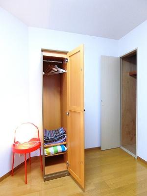 洋室5.1帖のお部屋にある可動式クローゼットです♪お好きな位置に動かして、お部屋のレイアウトを楽しめますね♪