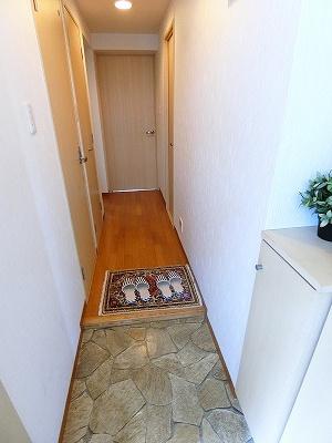 玄関から室内への景観です!右手に洗面所・浴室、左手にトイレ・リビングダイニングキッチンがあります★