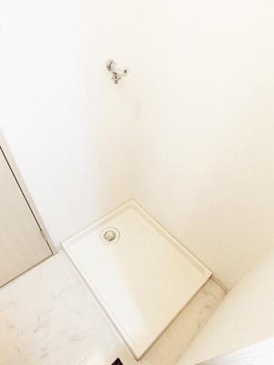 洗面所内にある室内洗濯機置き場です♪室内に置けるので洗濯機が傷みにくい☆防水パンが付いているので万が一の漏水にも安心です!