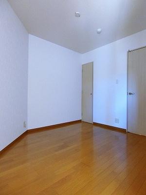 備付けクローゼットのある南向き洋室5.1帖のお部屋です!お洋服の多い方もお部屋が片付いて快適に過ごせますね♪クローゼットが2ヶ所あるのが便利ですよね!