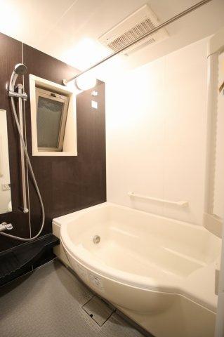 清潔感のある浴室が一日の終わりの癒しに。 窓もありカビなどの心配もいりません
