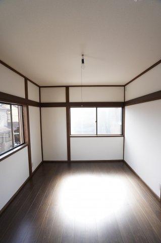 2階6帖 2面窓からの差込む光で昼間も明るいです。