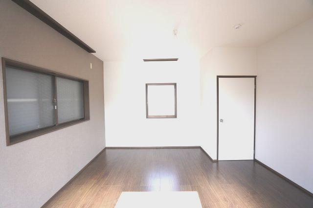 2階7帖 バルコニーがあるお部屋です。大きな窓から明るい光が差し込みます。