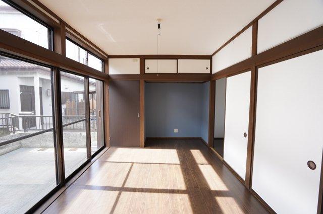 1階6帖 大きな掃出し窓からたっぷりの陽射しで気持ちよく過ごせます。