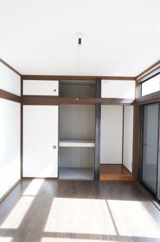 座布団やお布団、季節物の家電等収納できます。