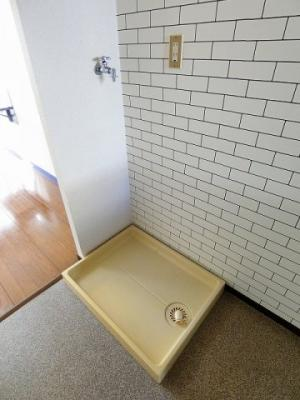 キッチン横にある室内洗濯機置き場です♪防水パンが付いているので万が一の漏水にも安心です!