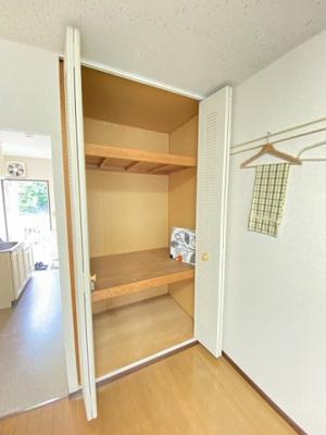 洋室6帖のお部屋にある収納スペースです!天井高の収納スペースで荷物をたっぷり収納できます!